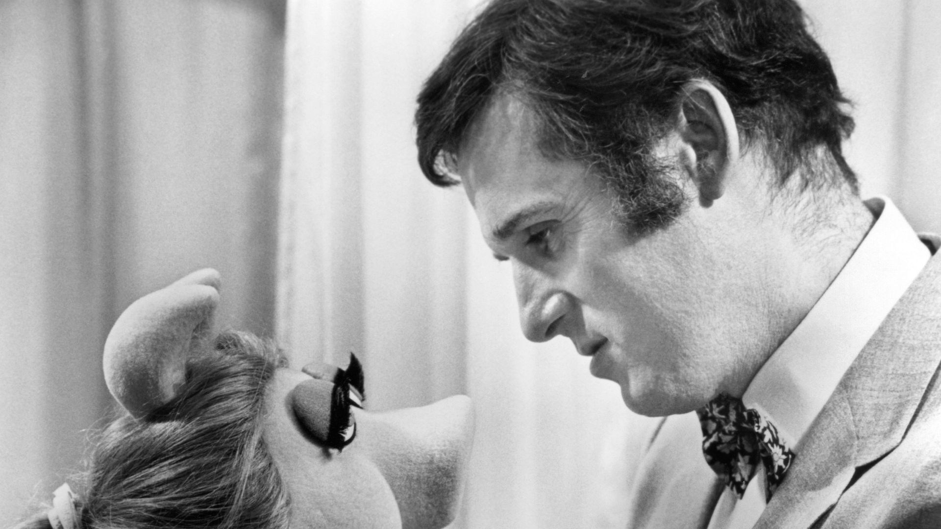 """Miss Piggy and Charles Grodin in """"The Great Muppet Caper,"""""""